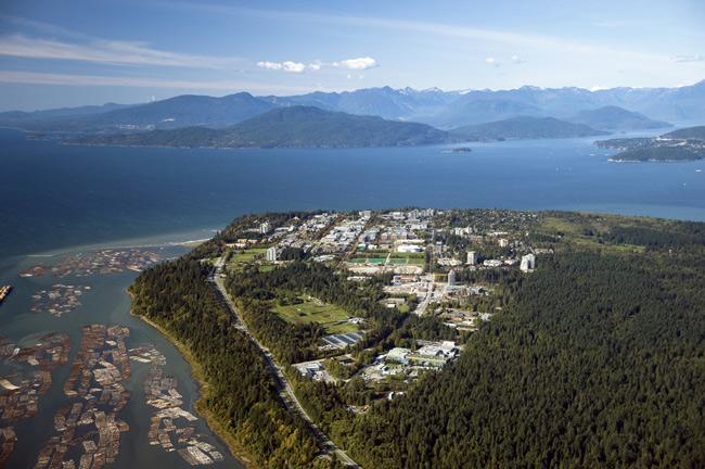 3. Đại học British Columbia sở hữu cảnh núi non tuyệt đẹp, dễ dàng di chuyển tới các bãi biển và trung tâm thành phố Vancouver.