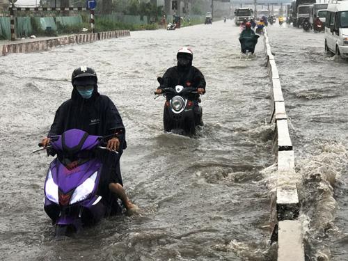 Mưa như trút nước, đường Sài Gòn ngập như sông - 2