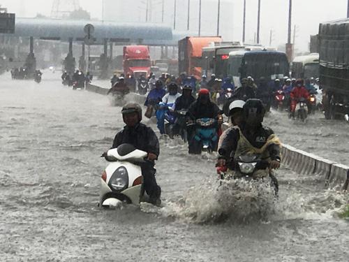 Mưa như trút nước, đường Sài Gòn ngập như sông - 1