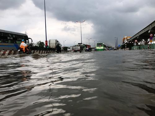 Mưa như trút nước, đường Sài Gòn ngập như sông - 5