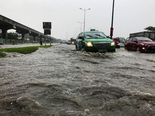 Mưa như trút nước, đường Sài Gòn ngập như sông - 4