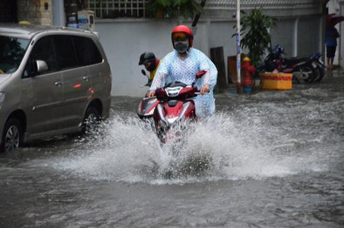 Mưa như trút nước, đường Sài Gòn ngập như sông - 7