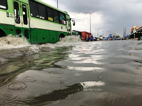 Mưa như trút nước, đường Sài Gòn ngập như sông - 3