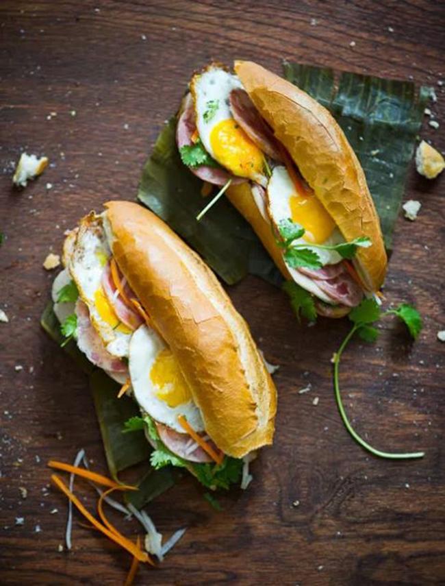 Bánh mì trứng (Việt Nam)  Miếng bánh mì giòn tan kẹp với trứng chiên, rau và nước sốt đậm đà, thưởng thức cùng một ly cà phê đá nữa thì quá tuyệt vời.
