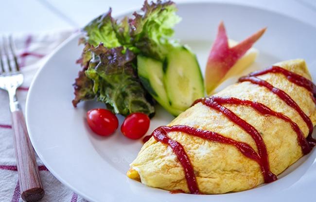 Cơm trứng tráng (Nhật Bản)  Một bát cơm nóng hổi, bọc bên ngoài là trứng tráng vàng ruộm, rưới thêm nước sốt và mayone lên trên cùng.