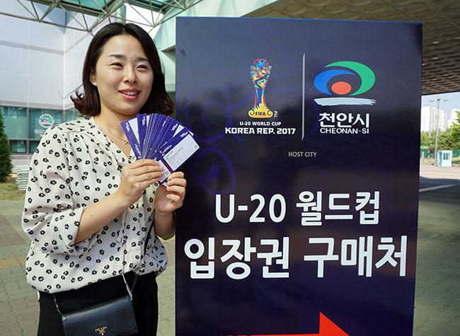 Fan nữ Hàn Quốc kéo cả trăm anh em cổ vũ U20 Việt Nam - ảnh 7