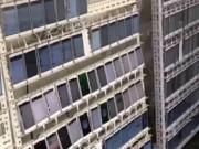 Đột nhập căn phòng chứa 10.000 smartphone chuyên tăng view