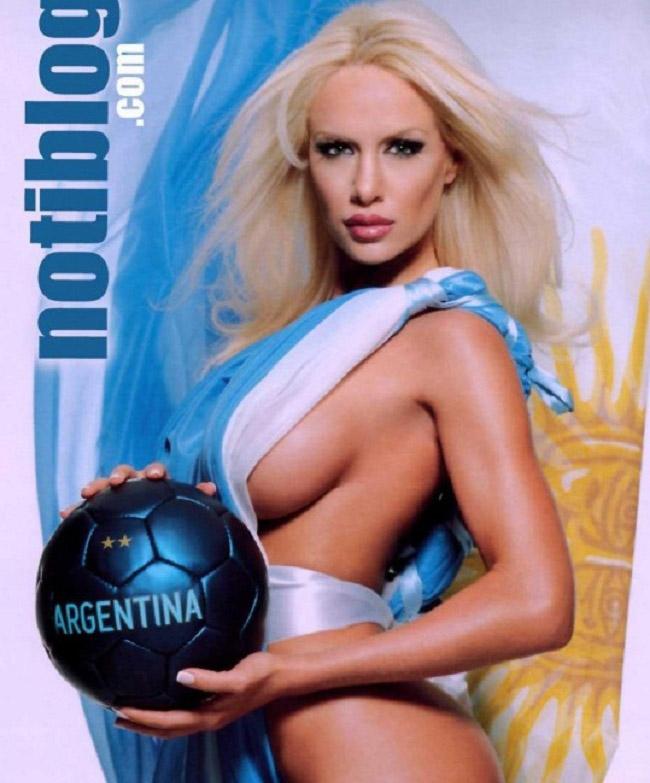 Ngoài ra, cô còn nổi tiếng nhờ việc hẹn hò với nhiều ngôi sao bóng đá hàng đầu thế giới. & nbsp;