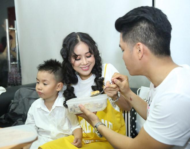 Lê Phương được tình trẻ cưng chiều trước mặt con trai khi đi hát - 2