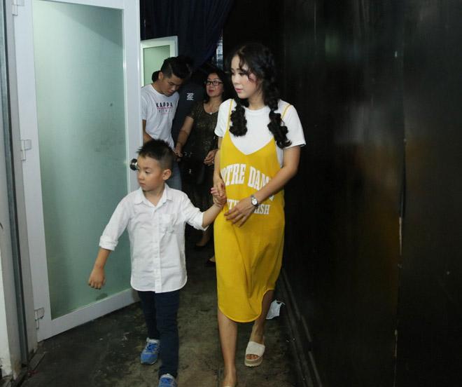 Lê Phương được tình trẻ cưng chiều trước mặt con trai khi đi hát - 4