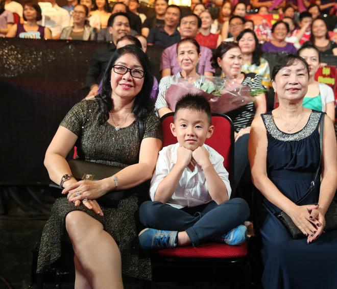 Lê Phương được tình trẻ cưng chiều trước mặt con trai khi đi hát - 5
