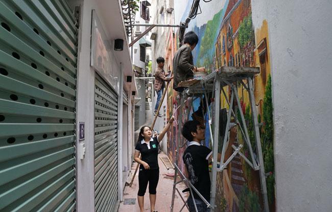 Từ hơn 1 tuần nay, ai đi qua ngõ 68 Yên Phụ, Hà Nội cũng phải trầm trồ vì những bức tranh tường khổ lớn đang được hoàn thiện tại đây.