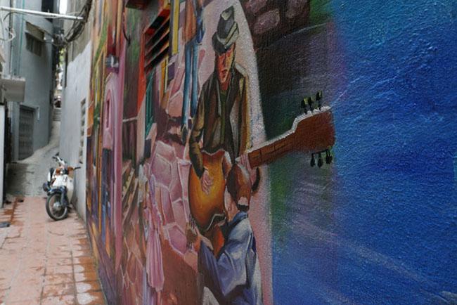 Xuất phát từ ý tưởng của nhóm họa sĩ vẽ tranh tường tên AQ, muốn tạo không gian khoáng đạt hơn cho ngôi nhà họ đang thi công. Sau đó những gia đình khác thấy đẹp nên tiếp tục thuê nhóm vẽ phủ kín các bức tường.