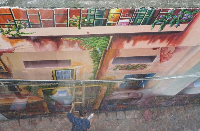 Anh Nguyễn Mạnh Quang, trưởng nhóm vẽ cho biết, tổng chi phí các hộ gia đình bỏ ra cho những bức vẽ này khoảng 20 triệu đồng. Bức tranh có chiều dài 12m, cao 5m.