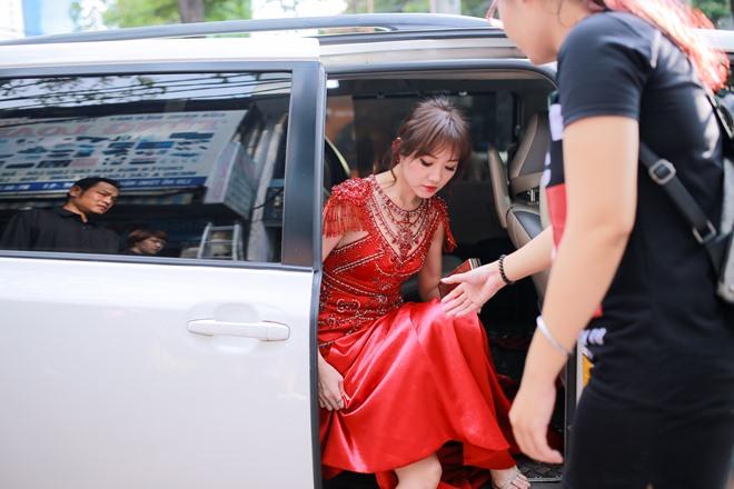 Hari Won diện váy đỏ xẻ cao ngút ngàn, táo bạo hơn gái 18 - ảnh 1