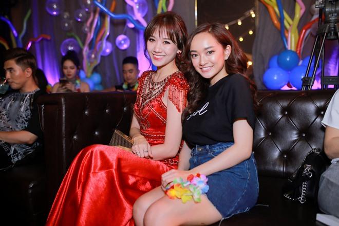 Hari Won diện váy đỏ xẻ cao ngút ngàn, táo bạo hơn gái 18 - ảnh 2