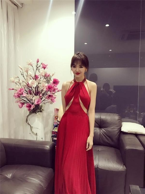 Hari Won diện váy đỏ xẻ cao ngút ngàn, táo bạo hơn gái 18 - ảnh 8