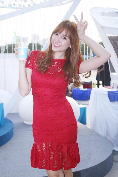 Hari Won diện váy đỏ xẻ cao ngút ngàn, táo bạo hơn gái 18 - ảnh 9