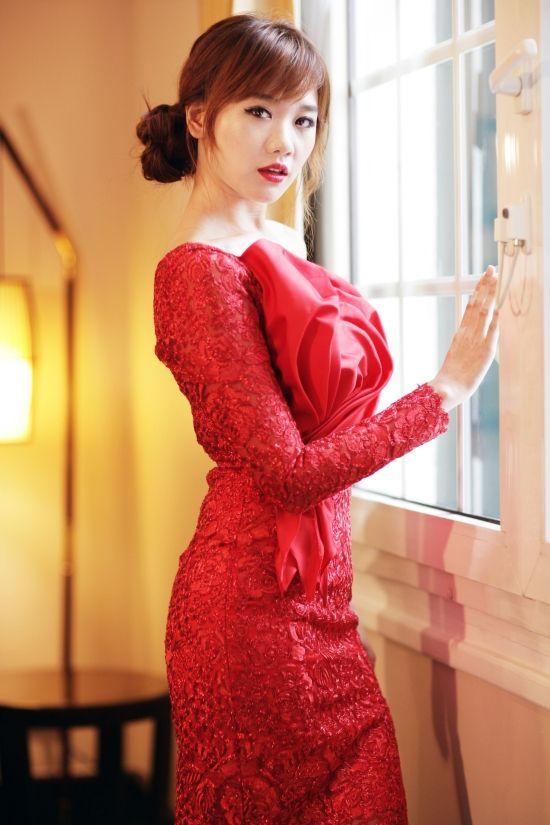 """Hari Won diện váy đỏ xẻ cao ngút ngàn, táo bạo hơn """"gái 18"""" - 10"""