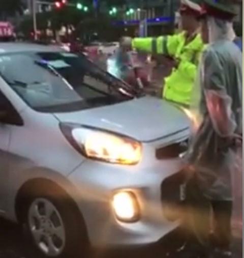 Truy tìm tài xế taxi lao vào đoàn xe ưu tiên ở Hà Nội - 1