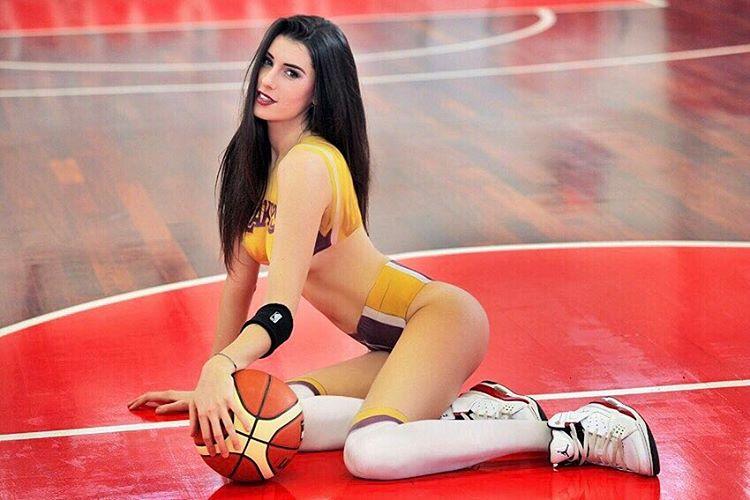 Nếu không theo nghiệp bóng rổ, cô ấy chắn chắn là hoa hậu - 2