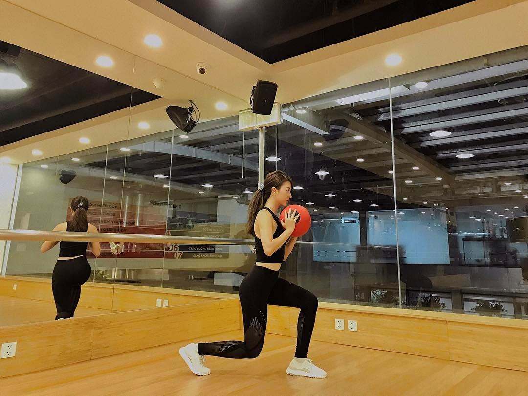 """Quỳnh Anh Shyn khoe vòng eo """"con kiến"""" khi đi tập gym - 2"""