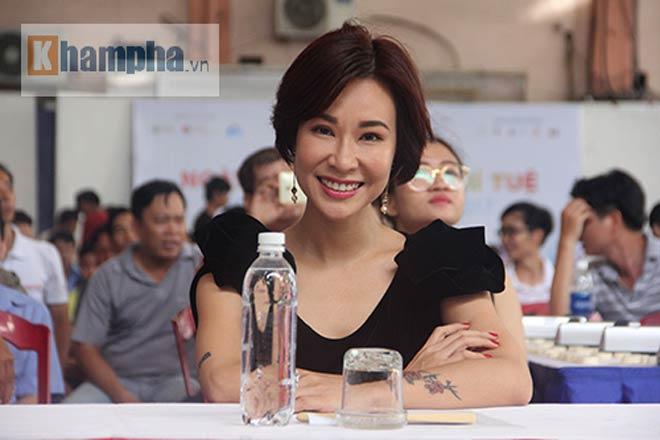 Ngỡ ngàng: Người đẹp 9x Việt cùng lúc đấu 10 VĐV làng cờ - ảnh 1