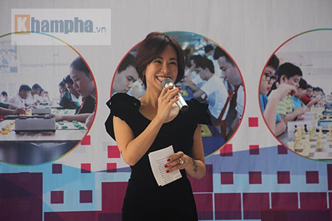 Ngỡ ngàng: Người đẹp 9x Việt cùng lúc đấu 10 VĐV làng cờ - ảnh 2