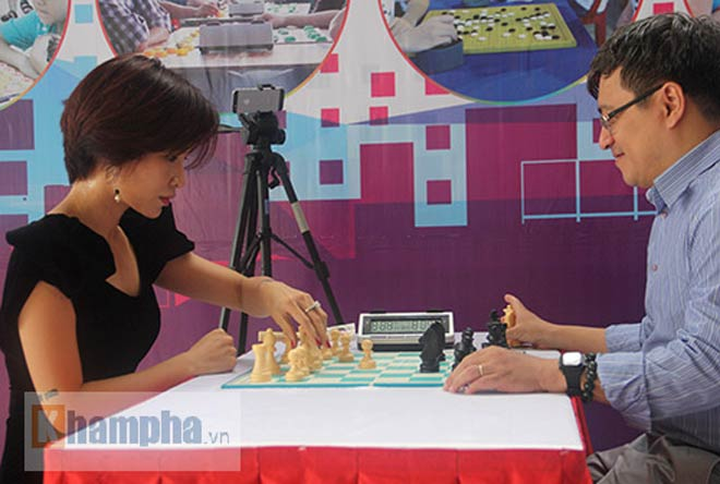 Ngỡ ngàng: Người đẹp 9x Việt cùng lúc đấu 10 VĐV làng cờ - ảnh 3