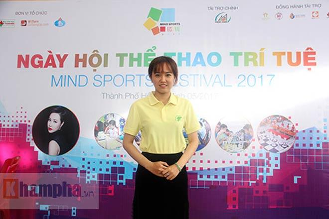 Ngỡ ngàng: Người đẹp 9x Việt cùng lúc đấu 10 VĐV làng cờ - ảnh 5