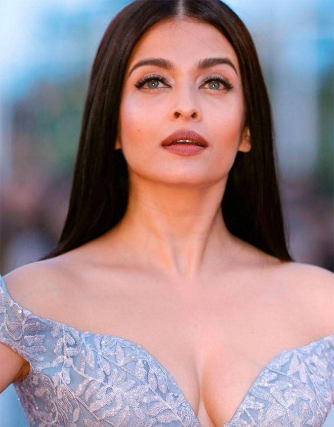 Hoa hậu đẹp nhất thế giới diện váy xẻ sâu hun hút ở Cannes - 2