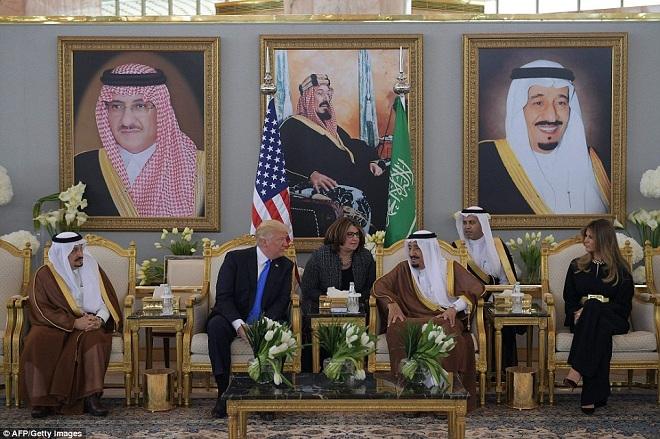 Giữa bão dư luận, Trump và vợ lần đầu công du nước ngoài - ảnh 3