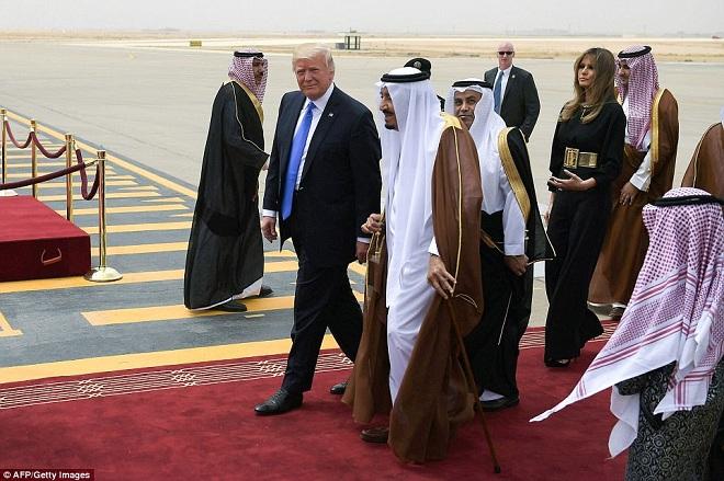 Giữa bão dư luận, Trump và vợ lần đầu công du nước ngoài - ảnh 2