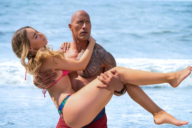 """"""" Baywatch """" , bộ phim mới của The Rock, thu hút sự chú ý của khán giả với dàn mỹ nữ diện bikini trên bãi biển. Theo đó, tài tử cơ bắp sẽ có nhiều pha tình tứ với dàn người đẹp mặc đồ bơi nóng bỏng này."""