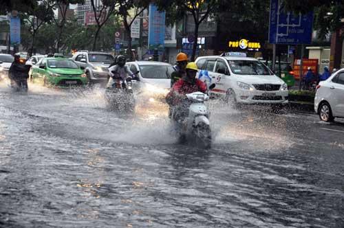 """""""Sóng"""" cao gần 2m trên phố Sài Gòn sau cơn mưa như trút nước - 1"""