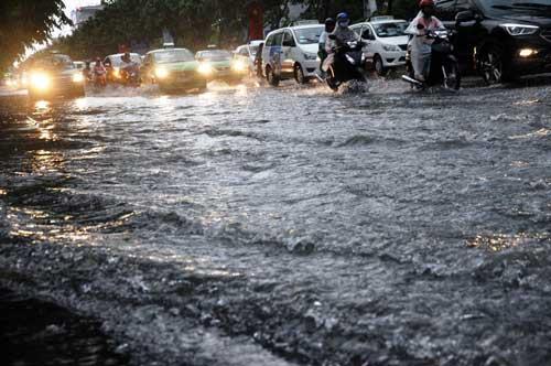 """""""Sóng"""" cao gần 2m trên phố Sài Gòn sau cơn mưa như trút nước - 2"""