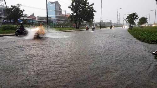 """""""Sóng"""" cao gần 2m trên phố Sài Gòn sau cơn mưa như trút nước - 8"""