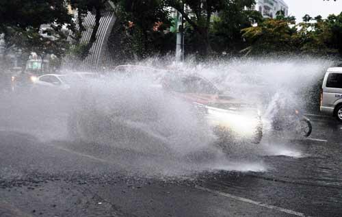 """""""Sóng"""" cao gần 2m trên phố Sài Gòn sau cơn mưa như trút nước - 5"""