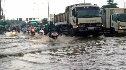 """""""Sóng"""" cao gần 2m trên phố Sài Gòn sau cơn mưa như trút nước - 12"""