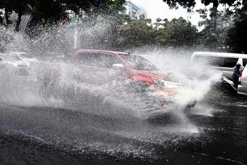 """""""Sóng"""" cao gần 2m trên phố Sài Gòn sau cơn mưa như trút nước - 6"""
