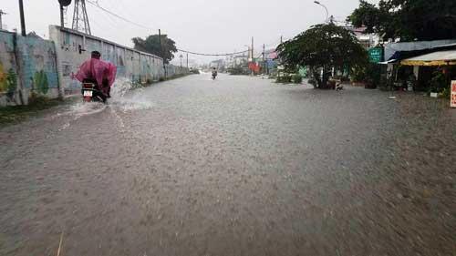 """""""Sóng"""" cao gần 2m trên phố Sài Gòn sau cơn mưa như trút nước - 10"""