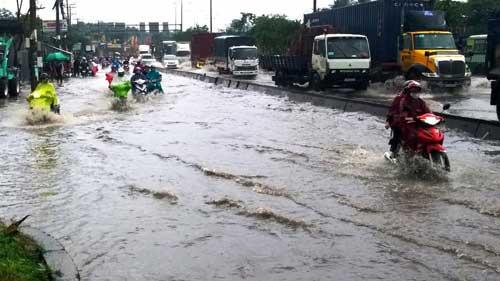 """""""Sóng"""" cao gần 2m trên phố Sài Gòn sau cơn mưa như trút nước - 11"""