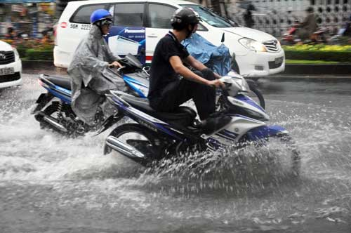 """""""Sóng"""" cao gần 2m trên phố Sài Gòn sau cơn mưa như trút nước - 4"""