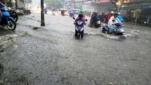 """""""Sóng"""" cao gần 2m trên phố Sài Gòn sau cơn mưa như trút nước - 9"""