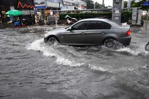 """""""Sóng"""" cao gần 2m trên phố Sài Gòn sau cơn mưa như trút nước - 3"""