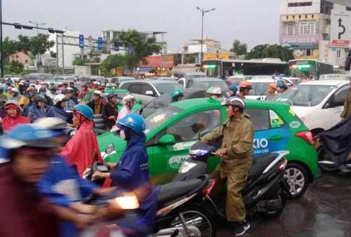 """""""Sóng"""" cao gần 2m trên phố Sài Gòn sau cơn mưa như trút nước - 15"""