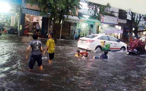 """""""Sóng"""" cao gần 2m trên phố Sài Gòn sau cơn mưa như trút nước - 14"""