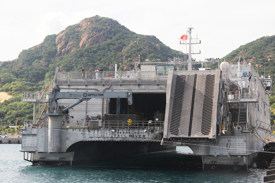 Cận cảnh tàu hải quân Nhật, Mỹ thăm Cam Ranh - 12
