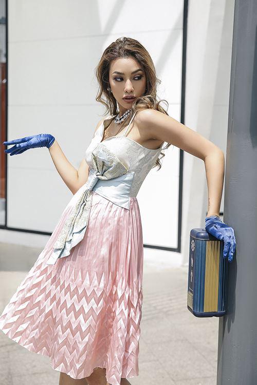 Lilly Nguyễn xuất thần khoe vẻ đẹp quý tộc trên phố - 6