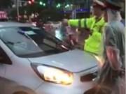 Tin tức trong ngày - Truy tìm tài xế taxi lao vào đoàn xe ưu tiên ở Hà Nội